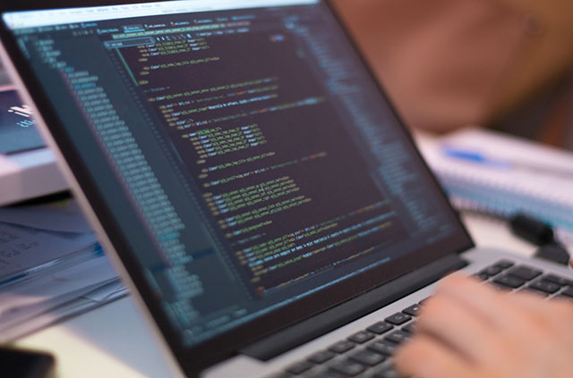 Salarios de profesionales y especialistas tecnológicos aumentan 25% en Chile este año